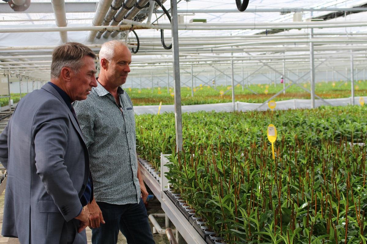 Wethouder Albert Abee op bezoek bij Wooning Orchids